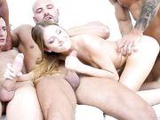 Худенькая блондинка в групповом порно ублажает четырех парней