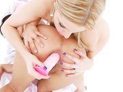 Блондинка трахает брюнетку в зад розовым фаллосом