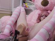 Девушка в розовом парике терпит двойное проникновение секс машины