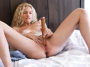 Кудрявая блондинка стимулирует клитор мастурбатором