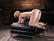 Блондинка с короткими волосами стоит перед секс машиной раком