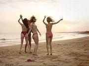 Четыре модели Playboy бегают по пляжу и снимают купальники