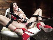 Gia di Marco в красных туфлях получает оргазм от стимуляции секс машиной