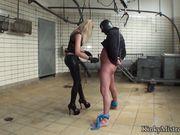 Блонда в кожаном костюме трахает мужика в шлеме полметровым страпоном