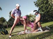 Страстный секс втроем на поле для гольфа