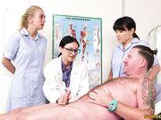 Доктор учит двух медсестер доводить до оргазма мужчину руками