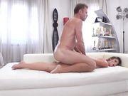 Мужчина с большим членом тестирует начинающую порно актрису