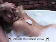 Lolly Moon в ванне с густой пеной сосет бородатому парню и подставляет попку