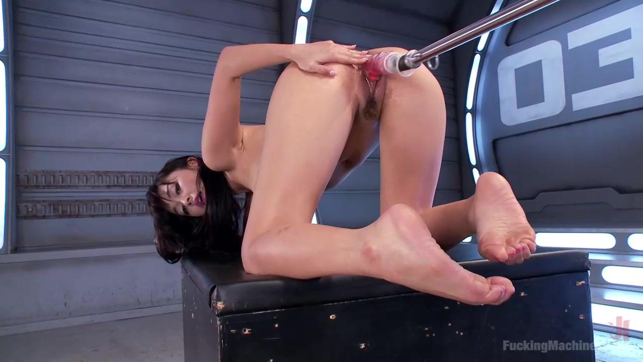 Азиатку доводит до оргазма секс машина