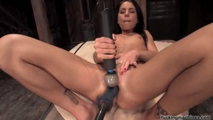 Молодая девушка испытывает секс машину фото 550-110