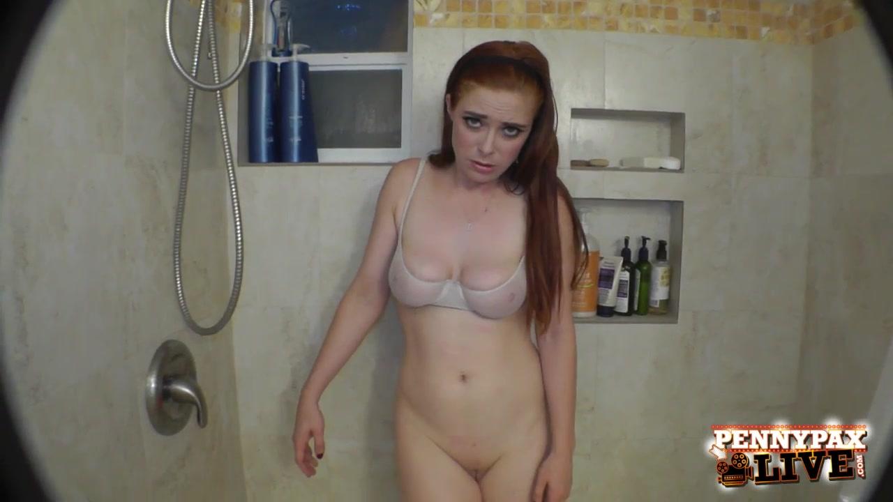 Побрила пизду и мастурбирует