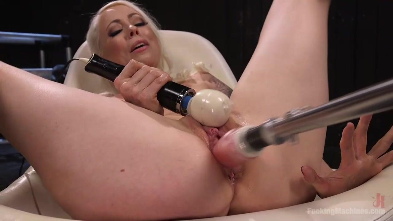 Сисястая блондинка маструбирует розовую киску