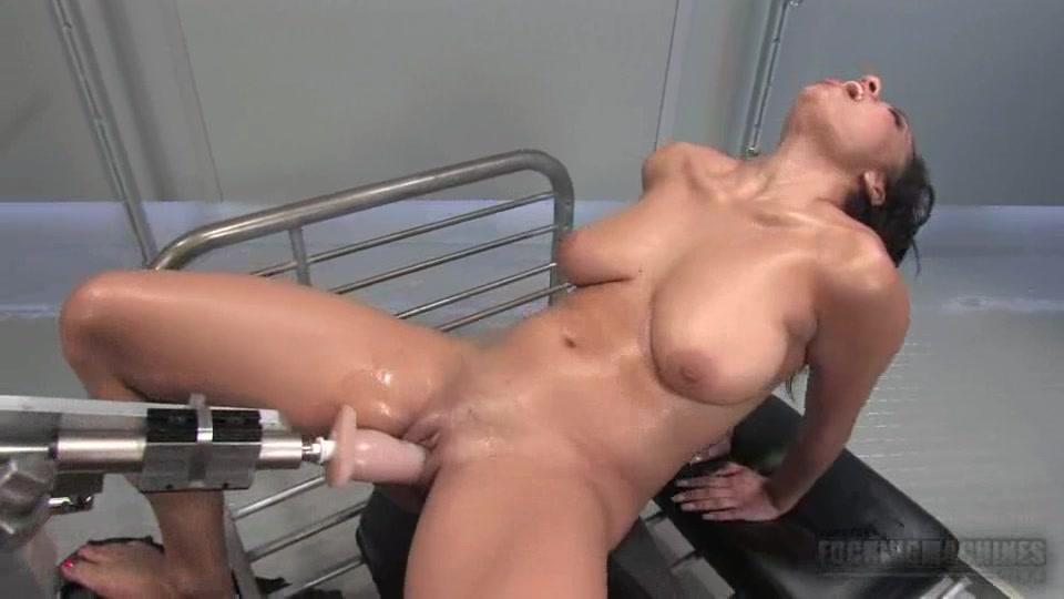 Брюнетка и секс робот