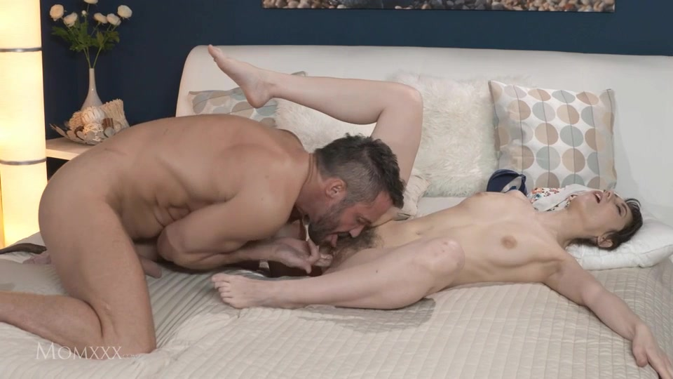 Порно вылизал небритаю киску